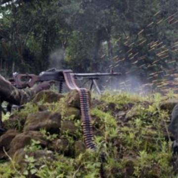 Des soldats FARDC tirant sur des ennemis