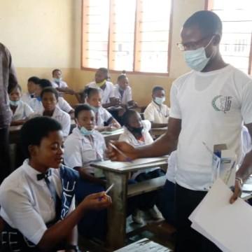 Distribution de stylos aux finalistes à Dibaya