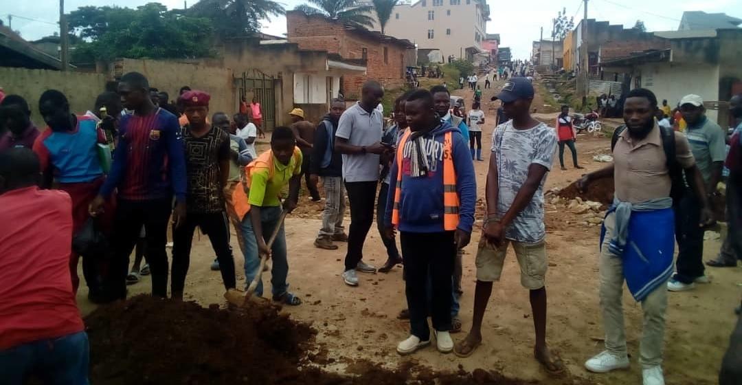 Beni : Les militants des groupes de pression réhabilitent une passerelle