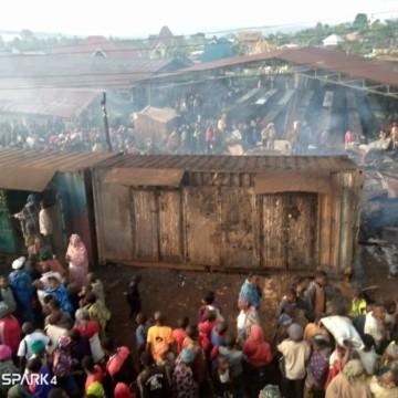 Sud-Kivu : Théo Ngwabidje en visite de compassion aux victimes de l'incendie du marché de Kavumu