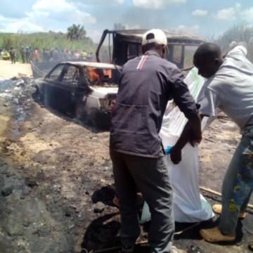 Voiture incendiée par rebelles ADF