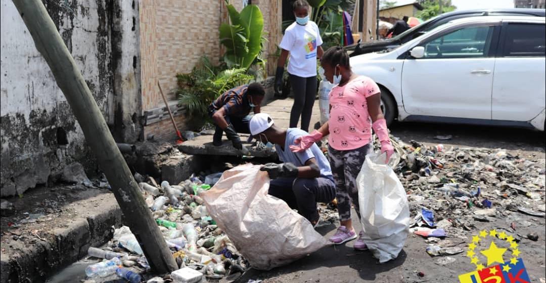 Kinshasa : Des jeunes se lancent dans l'opération « Ramassage de bouteilles en plastiques »