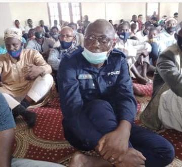 Beni : Le maire de Beni réconforte la communauté musulmane durant un culte